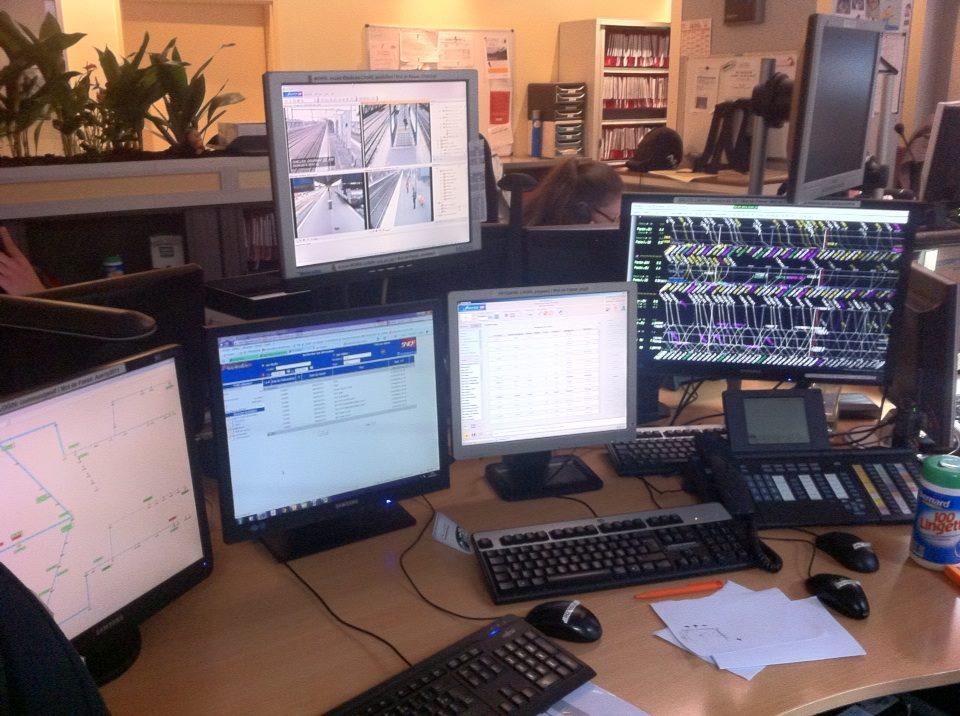 photo d'un poste gestionnaire de l'information voyageurs du RER E SNCF